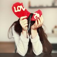 Картинка с девушкой и с разбитым сердцем с надписями